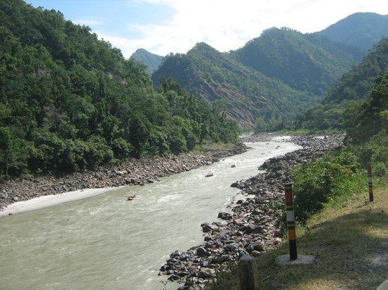 Pauri Garhwal District, Indien: rafting in ganga flowing alongside...