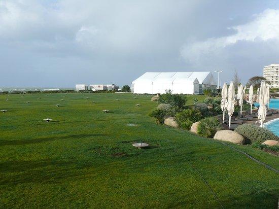 Crowne Plaza Vilamoura - Algarve: Zona de hamacas delante de la playa