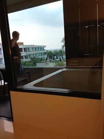 B-Lay Tong Phuket:                   kamer met bubbelbad op t Balkon