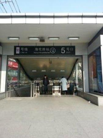 Sheraton Shanghai Hongkou Hotel: 海倫路駅5番出口の画像です。エスカレーターあります。