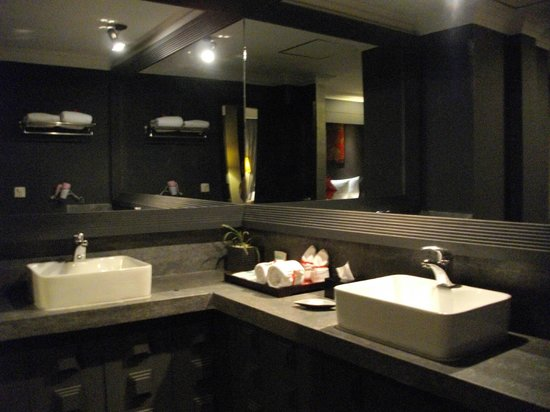 Memoire d' Angkor Boutique Hotel: Large bathroom with 2 basins, bath and separate shower
