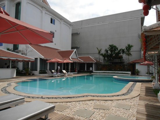 Memoire d' Angkor Boutique Hotel: Beautiful pool with great poolside service