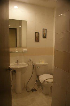 Alpa City Suites: Bathroom