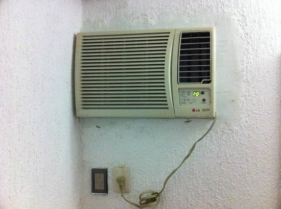 Hotel Aristos Acapulco: old, dirty, noisy air conditioner