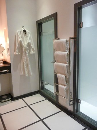 Trump Turnberry, A Luxury Collection Resort, Scotland: Gorgeous bathroom with heated floors, shower stall & tub