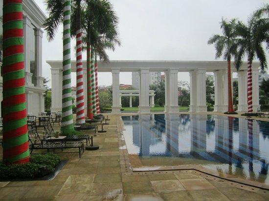 Indochine Palace:                   Pool bei Regen mit weihnachtlich geschmückten Palmen