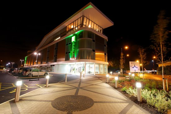 Holiday Inn Southend: Exterior PM