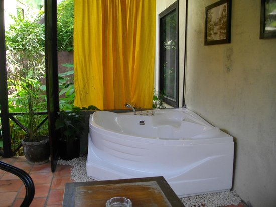 The Sanctuary Villa: Private outdoor bath with sitting area
