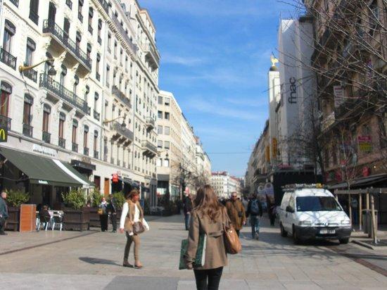Rue de la République :                   Улица Республики.