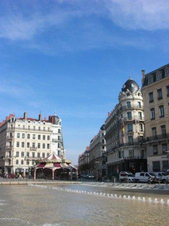 Rue de la République :                   Фрагмент фонтана.