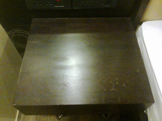 The Silver Leaf Hotel: Dirty side tables