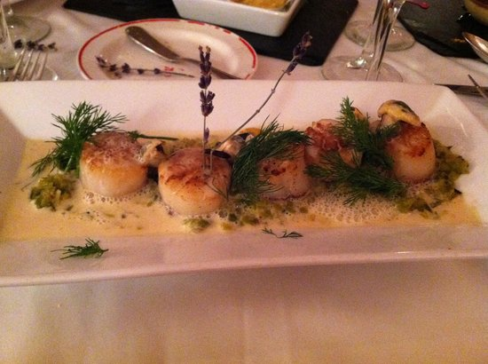 L'Escapade :                   Seared sea scallops with leaks and mussels
