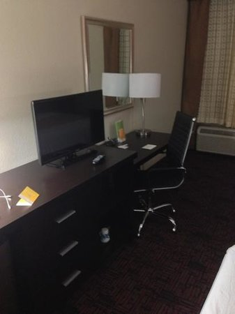La Quinta Inn & Suites Elk City: TV and business area