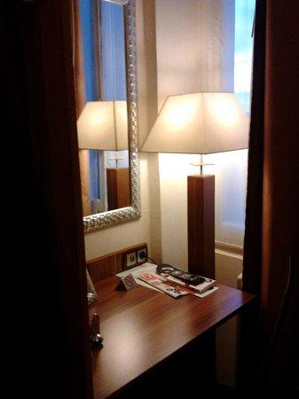 INTER HOTEL du Grand Monarque : coin bureau dans la chambre