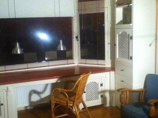 B&B Limes Oudwijk:                   bay window room with desk