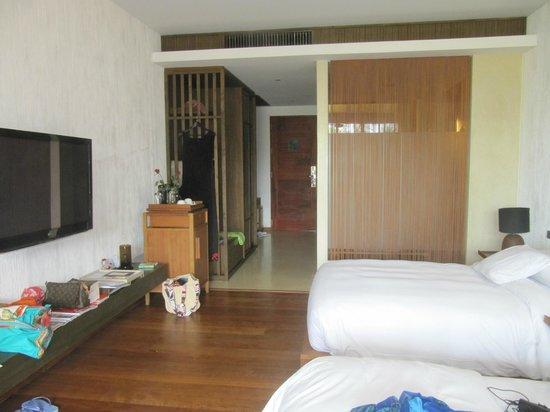 Hansar Samui Resort: Blick ins Zimmer zumBad