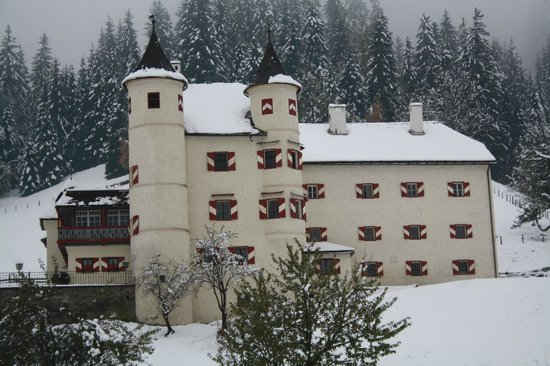 Schlössl Weitmoser:                   Weitmoser- Schlössl im ersten Schnee 2012