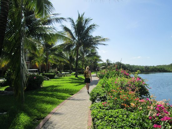 Grand Palladium Riviera Resort & Spa: Lovely Walkways
