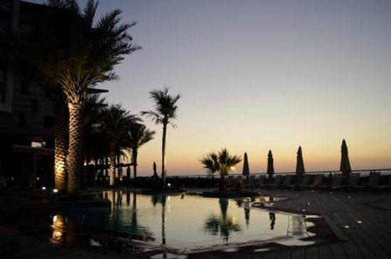Park Inn by Radisson Abu Dhabi Yas Island: Pool Area by Sunset