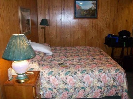 Mountain Heritage Inn: King Bed