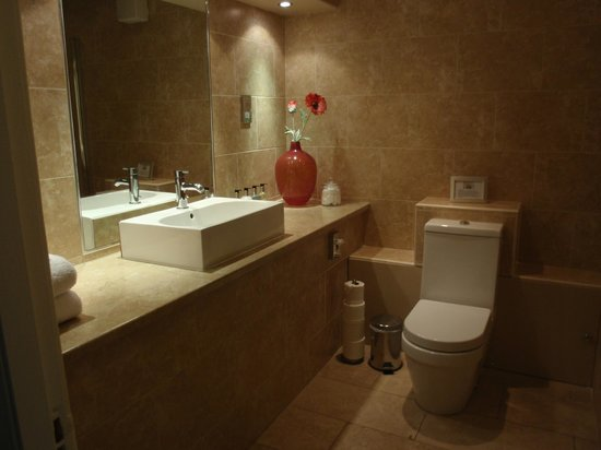 Fraoch House: Large, modern, clean, lovely bathroom