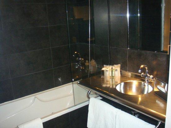 Hotel Cloitre Saint Louis: Salle de bain