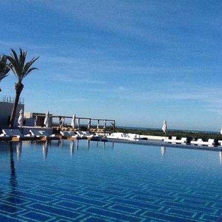 Sofitel Essaouira Mogador Golf & Spa: Superbe piscine chauffée et débordante