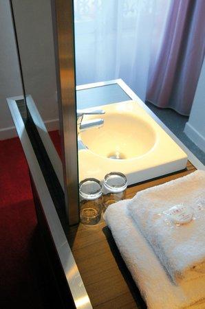 Le Cousture Hotel: Salles de bain ouvertes dans quelques chambres