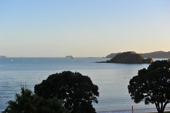 Paihia Beach Resort & Spa: View from balcony with cruise ship