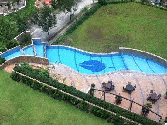 Summit Ridge Tagaytay:                   Elongated Infinity Pool