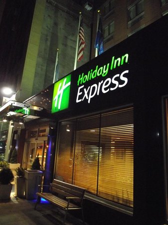 Holiday Inn Express New York City Times Square: Fachada del hotel.
