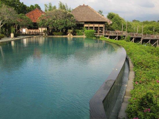 Naya Gawana Resort & Spa: Piscine et vue sur le restaurant