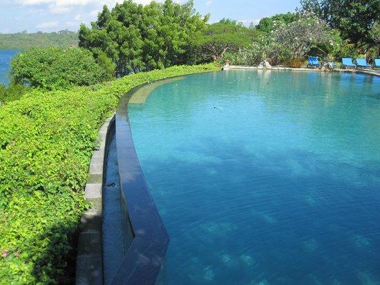 Naya Gawana Resort & Spa: Une Piscine géante avec vue sur la mer