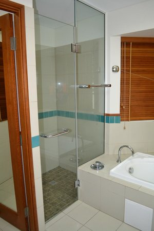 Green Island Resort: Shower and bath