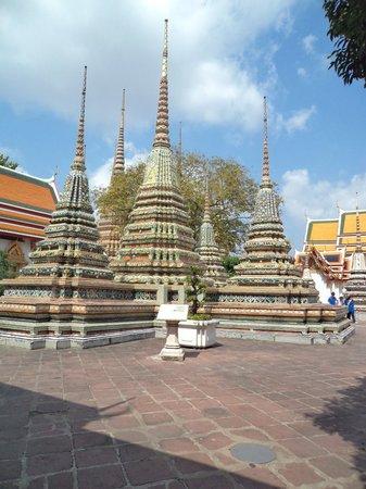 Wat Pho (Tempel des liegenden Buddha):                   Stupas in the Courtyard at Wat Po