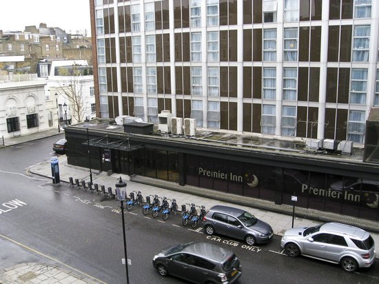 Premier Inn London Kensington (Earl's Court) Hotel: Our view with bikes for hire and tube station just around the corner