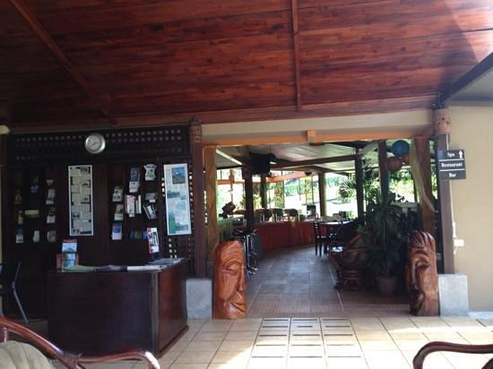 Arenal Volcano Inn:                   Recepción y Restaurante al lado