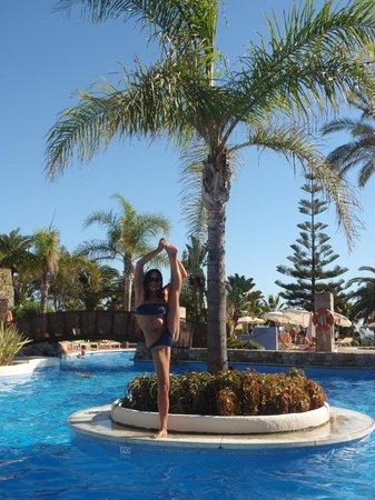 Hotel Fuerte Conil - Costa Luz: Isleta en el centro de la piscina