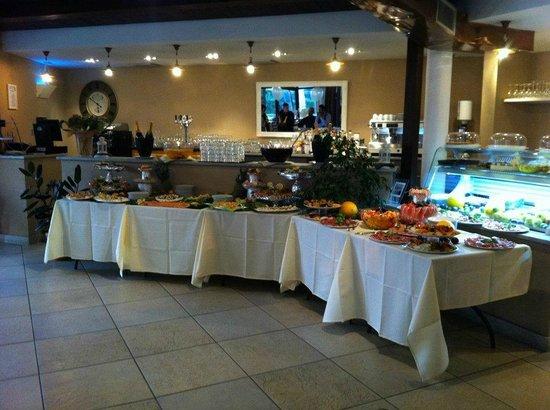 Cusago, Italy: interno buffet