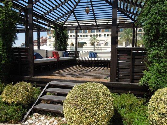 Kempinski Hotel The Dome mit schattigem Plätzchen beim Pool