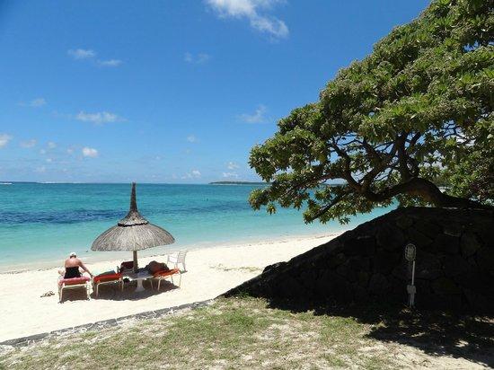 Silver Beach Hotel: Isla aux Cerfs in distance