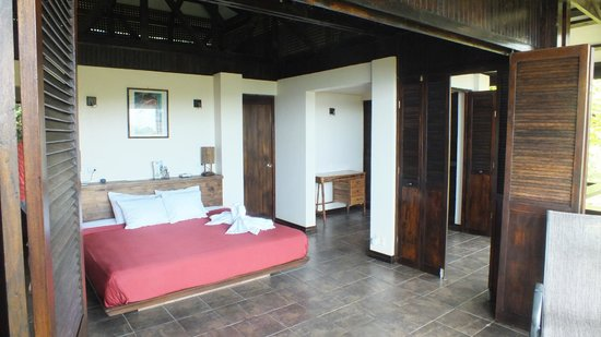 TikiVillas Rainforest Lodge: La chambre