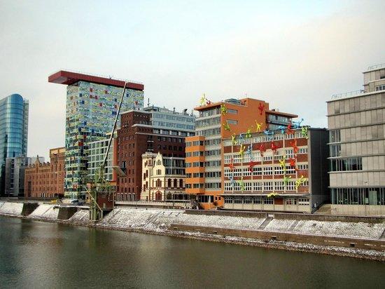 Courtyard by Marriott Düsseldorf Hafen:                   вид на отель со стороны гавани