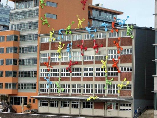 Courtyard by Marriott Düsseldorf Hafen:                   вокруг много забавного