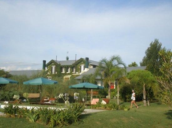 La Casa de los Limoneros:                   Vista de la casa desde el jardín