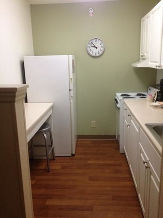 Extended Stay America - Durham - RTP - Miami Blvd. - North: kitchen and bar