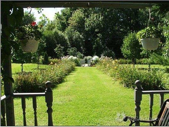 Hunter House Inn: Secret Lily Walk