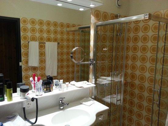 Sunstar Alpine Hotel Davos: Das Bad. 70's-Style aber sehr sauber.