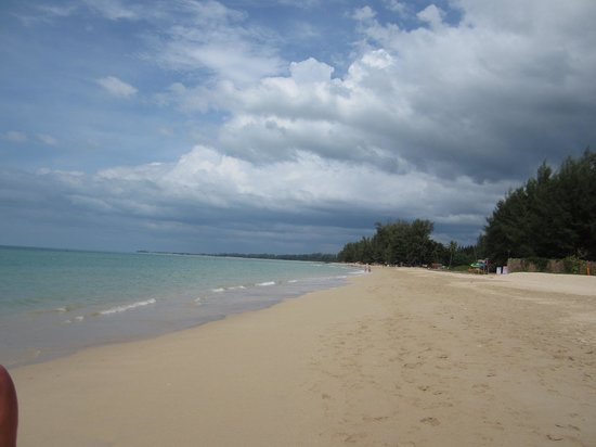 Beyond Resort Khaolak: Beach last day of 2012 30 degrees in water