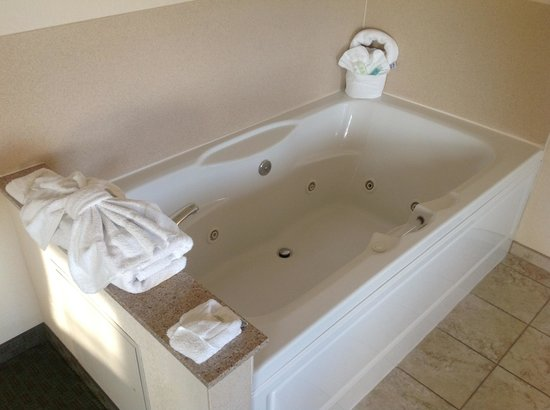 Comfort Suites Grayslake :                   jacuzzi tub bedside, my fave part was the pretty folding lol